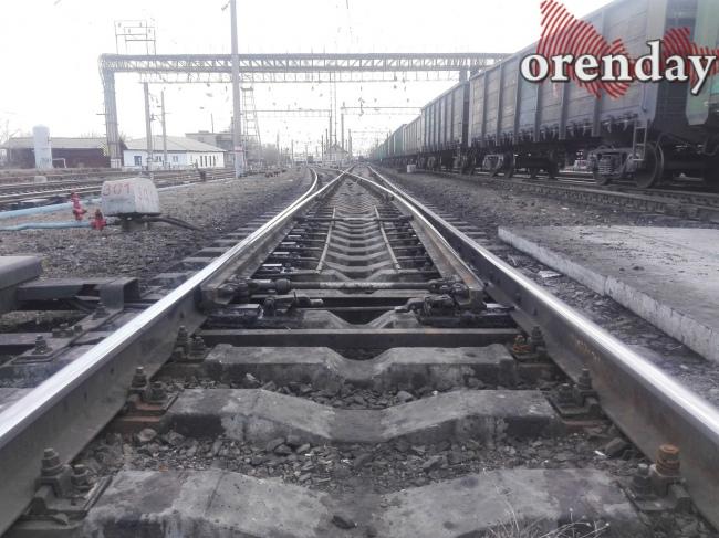 В Оренбуржье горят поля вдоль железной дороги